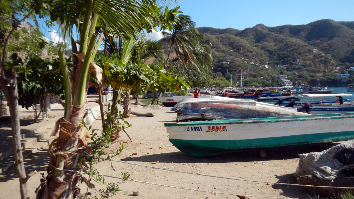 Visserboten op strand van Taganga